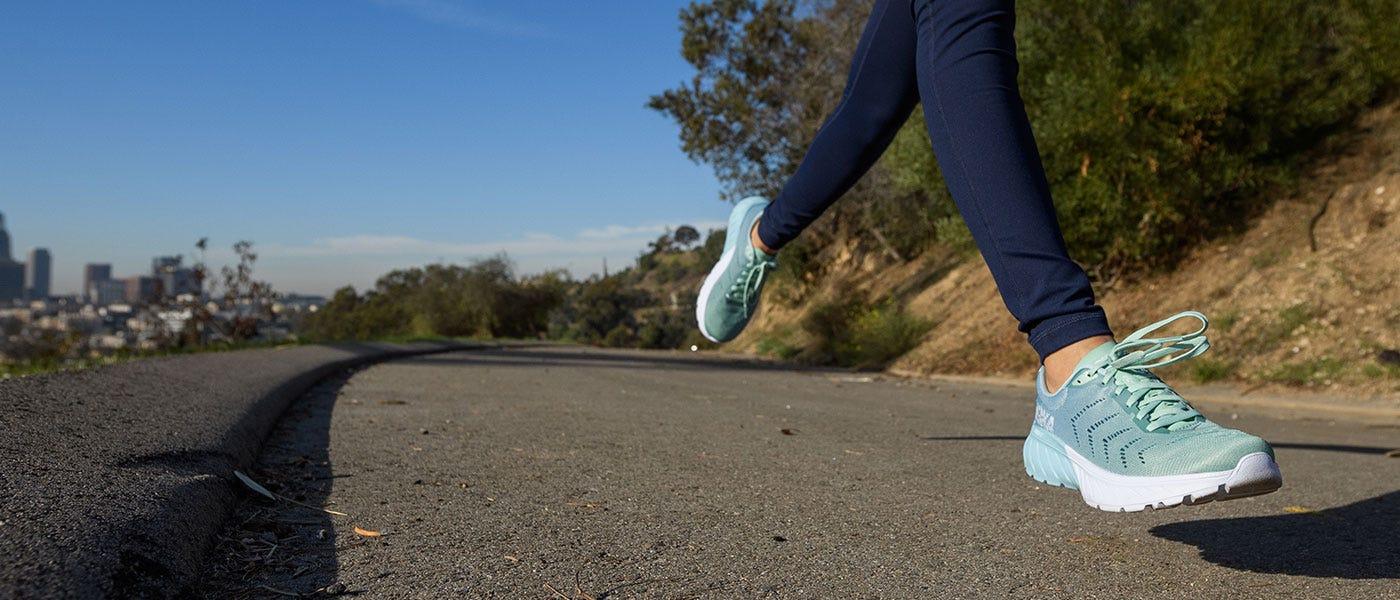Mach 2: Sepatu Hoka One One yang Akan Membawamu Lari Cepat
